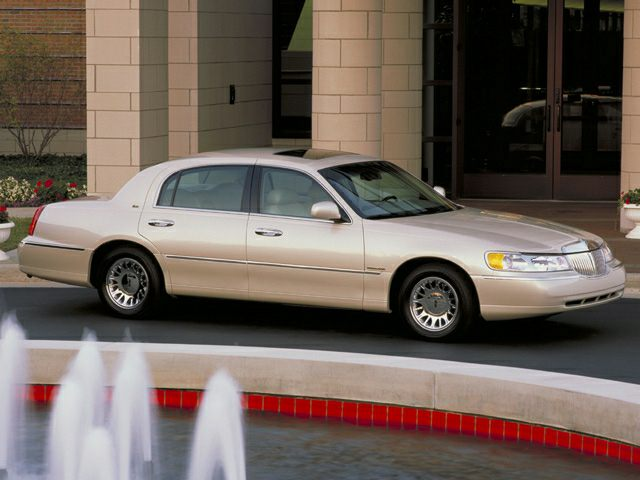 2002 Lincoln Town Car Reviews Specs And Prices Cars Com