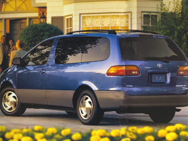 1999 Toyota Sienna LE Minivan for sale in Milwaukee for $2,992 with 157,368 miles