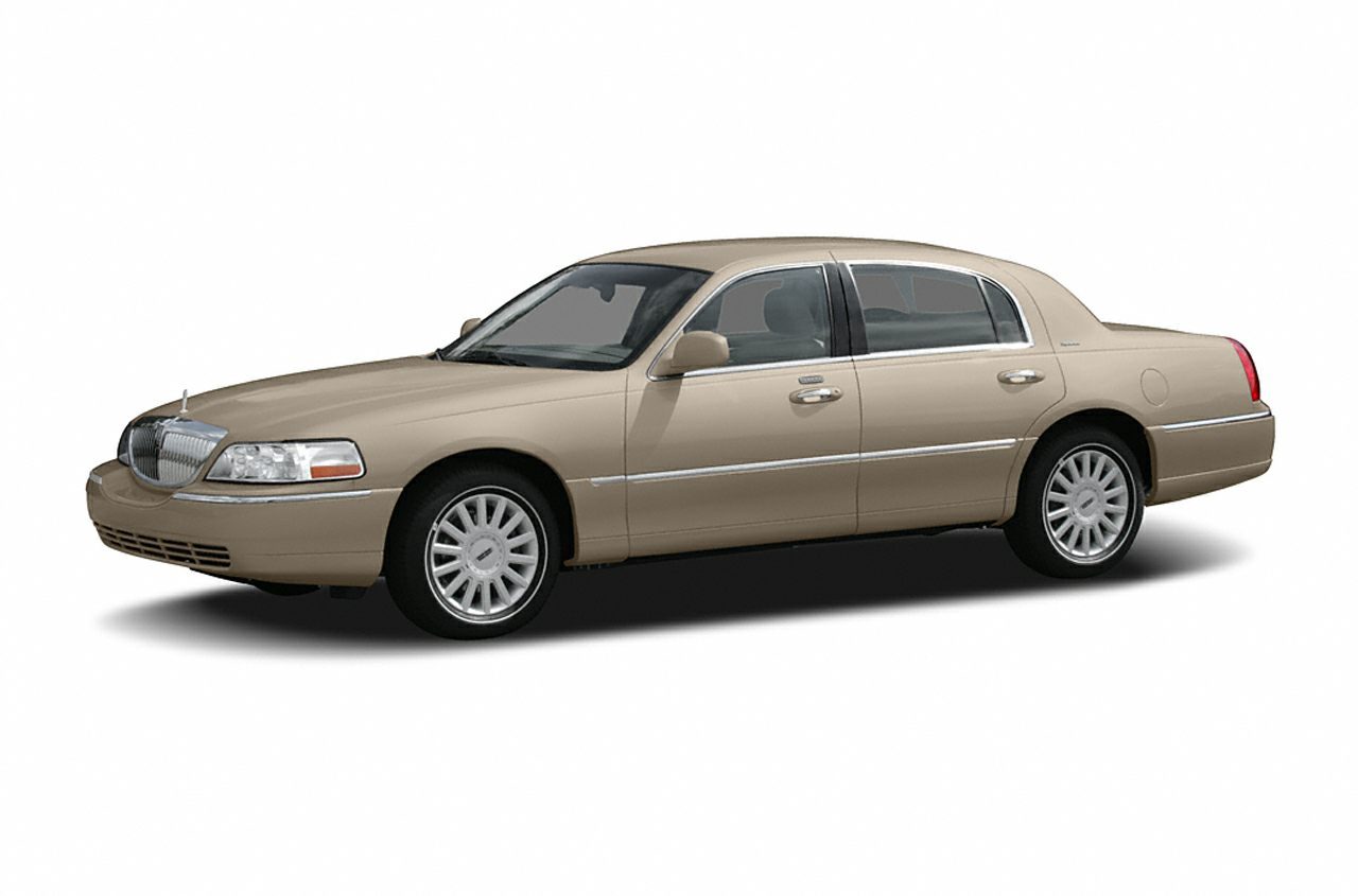2006 Lincoln Town Car Signature Sedan for sale in Olathe for $10,455 with 82,521 miles.